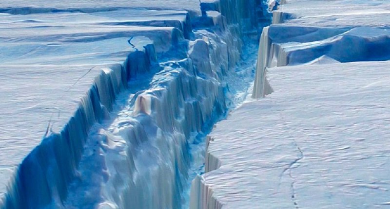 Giant Iceberg Cuts off from Antarctica at Rapid Pace